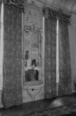 Keizersgracht 317, spiegel met daarboven een afbeelding van putti met een sikkel