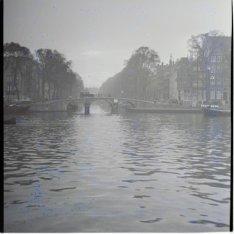 Brug 36 over de Keizersgracht gezien vanaf de Amstel. Rechts Amstel 228 (ged.), …