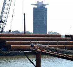 Bouwwerkzaamheden in het Afgesloten IJ aan het complex IJ-dock gezien in noordoo…
