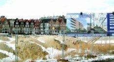 Besneeuwd braakliggend terrein voor de bouw van nieuwbouwwoningen aan het Wester…