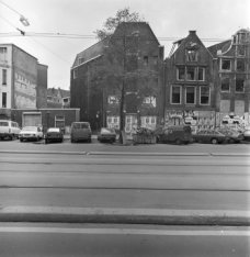 Nieuwezijds Voorburgwal 83 (ged.) - 91 (ged.). Tussen de nummers 85 en 87 de Sin…