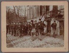 Paraderende schutters voor Herengracht 489-491 tijdens Algemene Werkstaking 9-10…