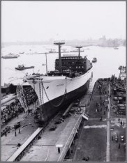 De tewaterlating van het vrachtschip ms. Geestbay