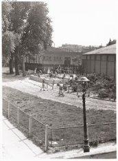 Speelplaats bij de Vlugthaven in het Afgesloten IJ, gezien naar achterzijde gebo…