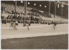 Ereronde van de winnaars van de wielerwedstrijd in het oude stadion, Amstelveens…