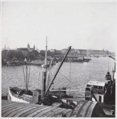 Op de voorgrond een kolenschip op de kop van de Javakade gezien over het Afgeslo…