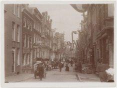 De Nieuwe Spiegelstraat gezien in noordoostelijke richting naar de Kerkstraat, m…