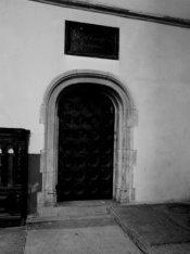 Dam 12, Nieuwe Kerk, deur met daarboven een bord met de tekst 'Kerckmeesters Com…
