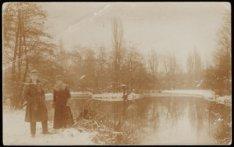 Oebele Boersma en zijn toenmalige verloofde bij een vijver in het Oosterpark, me…