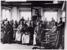 Groepsfoto van bewoners van het bejaardentehuis Amstelhof, Amstel 51