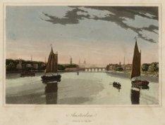 Amstel gezien in noordelijke richting naar de Hogesluis met profiel van de stad.…