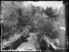 Sneeuwgezicht in de tuin achter het woonhuis Prinsengracht 977