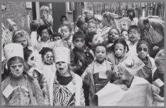 Kinderen van buurthuis De Meevaart, Balistraat 48, gaan geschminckt naar Artis