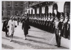 Bezoek Brits koningspaar, inspectie van de erewacht voor het Koninklijk Paleis o…