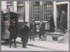 Het afvoeren van arrestanten uit het politiebureau Nieuwe Doelenstraat 13
