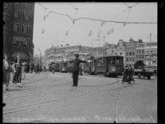 Verkeersagent op het Muntplein. Gezien naar het Rokin en de Oude Turfmarkt