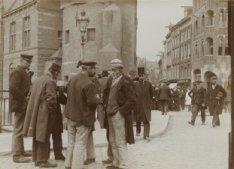 Werknemers verzamelen zich op het Muntplein, rechts de Kalverstraat