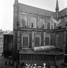 Nieuwezijds Voorburgwal 125-133 met erachter de gerestaureerde ramen van de Nieu…