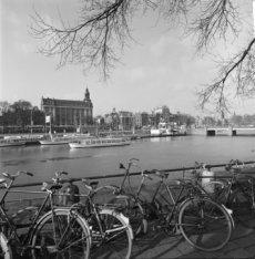 Prins Hendrikkade 16 - 36 (ged.) v.r.n.l. gezien over het Open Havenfront