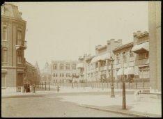 Rechts de Rijksverzekeringsbank, Pieter de Hoochstraat 55 gezien in noordelijke …