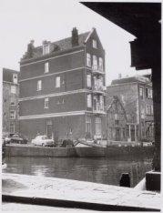 Korte Prinsengracht en op de achtergrond links de zijgevel van Haarlemmer Houttu…