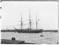 Een Amerikaans oorlogsschip op het Afgesloten IJ, gezien vanaf Oostelijke Handel…