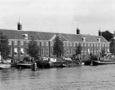 Amstel 51, verpleeghuis Amstelhof, uiterst rechts Nieuwe Keizersgracht 4