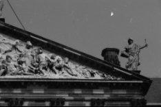 Nieuwezijds Voorburgwal 147, Paleis op de Dam, detail van het timpaan