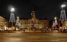 Dam 14 met Koninklijk Paleis, kerstboom en -versieringen, gezien bij avond