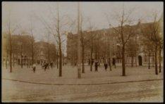 's- Gravesandeplein. Op de voorgrond tramrails lijn 3; gezien naar Andreas Bonns…