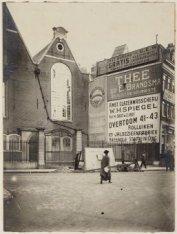 De oude Lutherse Kerk, Spui 411. Op de voorgrond het Singel