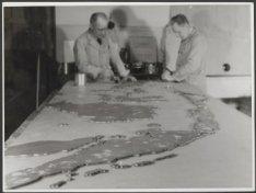 Mauritskade 63, Koninklijk Instituut voor de Tropen, twee heren schilderen een m…