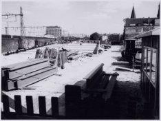 De bouw van Brug 95 in de Haarlemmer Houttuinen over de Korte Prinsengracht en l…