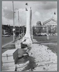 Aanleg van een voetpad op het Museumplein bij het vredesbeeld van Miletic