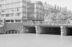 Brug 41 uit 1922 van architect P.L. Kramer over het water van de Keizersgracht