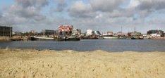 Binnenvaartschepen in de Houthaven gezien vanaf de Stavangerweg