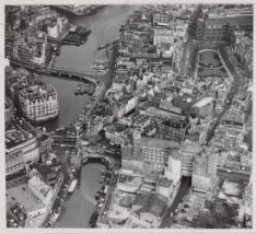 Luchtfoto van het Muntplein (midden) en omgeving gezien in oostelijke richting