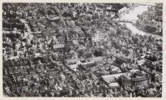 Luchtfoto van de Kloveniersburgwal (midden) en omgeving gezien in zuidelijke ric…