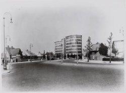 De Rijksverzekeringsbank aan de Apollolaan gezien vanaf het Muzenplein. Links  d…