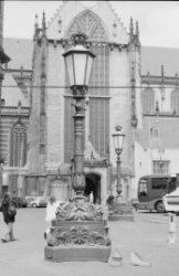 Dam 12 (ged.), de Nieuwe Kerk. Op de voorgrond twee gietijzeren lantaarns uit 18…