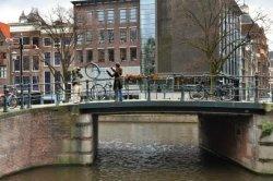 Bloemgracht en vaste brug 123 (Kees de Jongenbrug) met toeristen