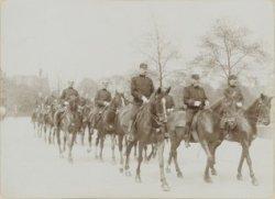 Politie te paard voor Damrak 5, hoek Prins Hendrikkade met Prins Hendrikplantsoe…