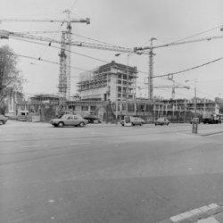 Amstel 1 - 3, het Stadhuis-Muziektheater in aanbouw, gezien aan de zijde van het…