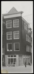Nieuwezijds Voorburgwal 121, een nieuwbouwpand op de hoek met de Gravenstraat