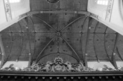 Dam 12, Nieuwe Kerk, detail koorhek en binnenzijde dakconstructie