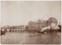 Het Amstel Hotel, Prof. Tulpplein 1 met daarvoor de Amstel en links de Hogesluis