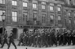 Defilé van BS-ers voor het Koninklijk Paleis op de Dam, op de laatste dag van de…