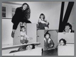 Polanenstraat 174. Kinderen repeteren in het Polanentheater voor een kindermusic…