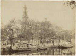De Westermarkt en de Westerkerk, gezien over de Keizersgracht. Op de voorgrond b…