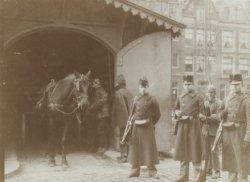 Militairen bij behuizing van paard en wagen. Foto uit album met foto's van ordeh…